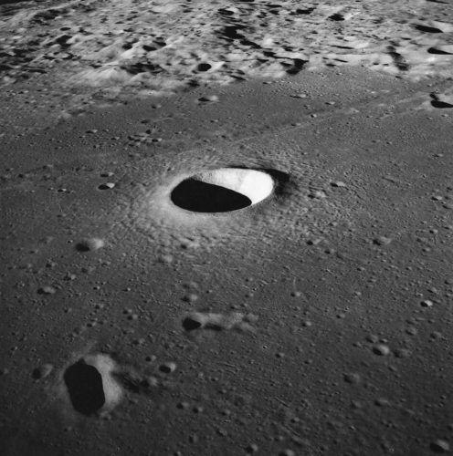 На Луната има над 100 000 кратера