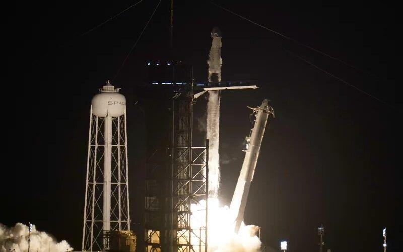 SpaceX успешно изведе в космоса космически кораб с астронавти с помощта на вече използвана първа степен на Falcon 9