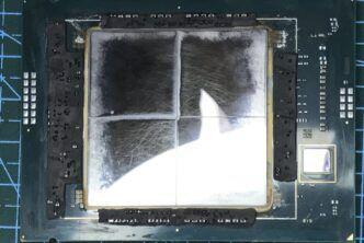 Снимка на сървърния процесор Intel Sapphire Rapids с премахната капачка