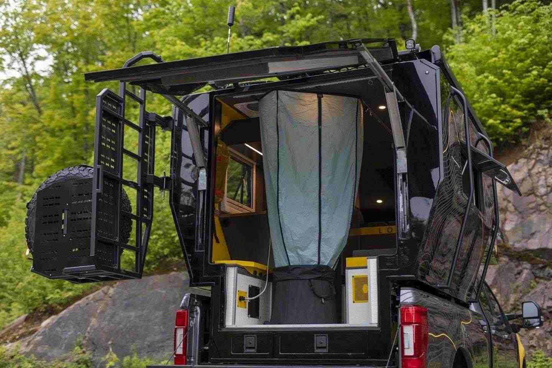 Както видяхме на кемперите Norva, Loki Basecamp Falcon включва прибиращ се душ кабина точно в задната част