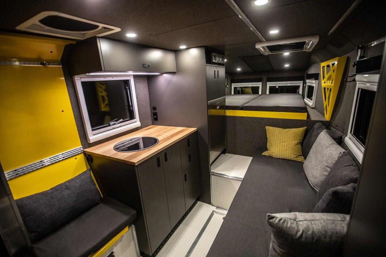 Гъвкавият интериор на Loki Basecamp включва хол за хранене, кухня, оборудване за баня и място за спане