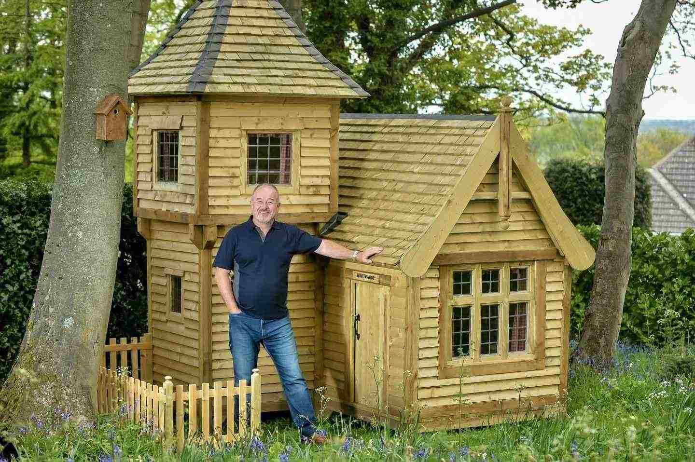 Winterwood, от Марк Кембъл, е кабина, оформена като приказен замък, построен по време на заключването на COVID-19 през 2020 г. в Англия, за да вдъхнови внуците си. Проектът е финалист в категорията Lockdown