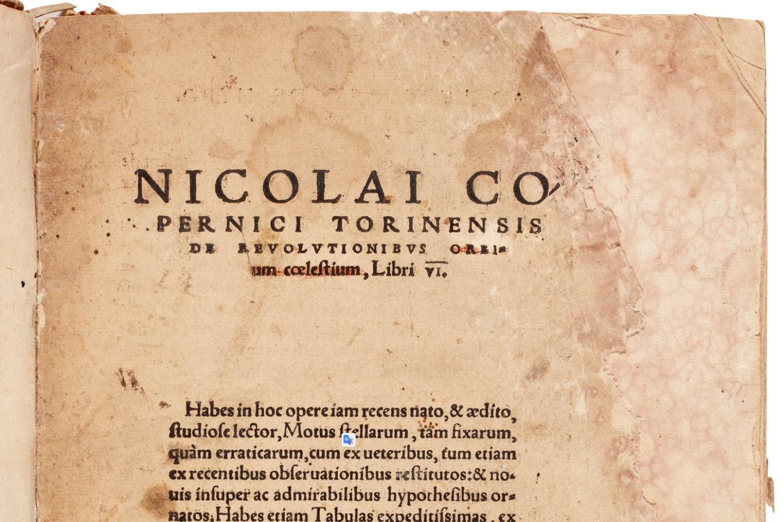 """На заглавната страница на това първо издание на """"De revolutionibus orbium coelestium"""" на Никола Коперник думите """"orbium coelestium"""" са зачеркнати в червено. Смята се, че тези маркировки са направени от ръката на Ретикус."""