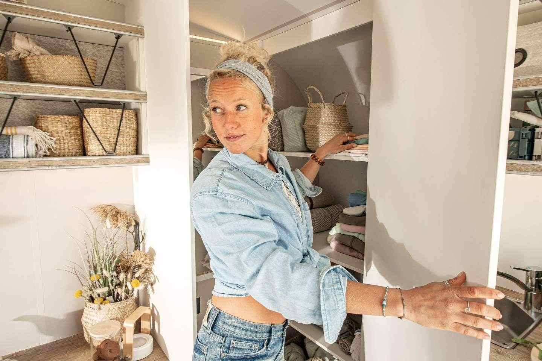 Гардеробът до кухнята осигурява достатъчно място за дрехи, кърпи, суха храна или каквото и да е друго, което се нуждае от съхранение