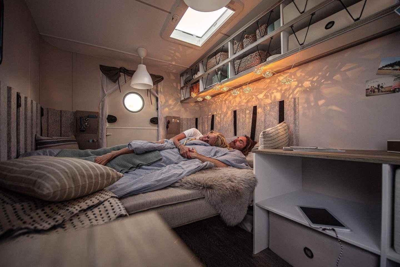 С повече пространство, отколкото жилищна кралица, леглото спи до двама възрастни и дете