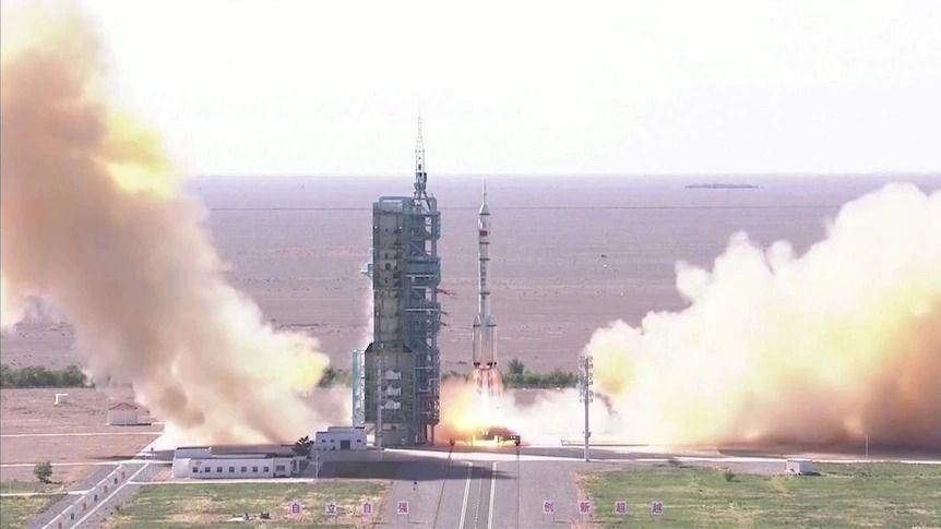 Китай изпрати първия екипаж до своята нова орбитална станция