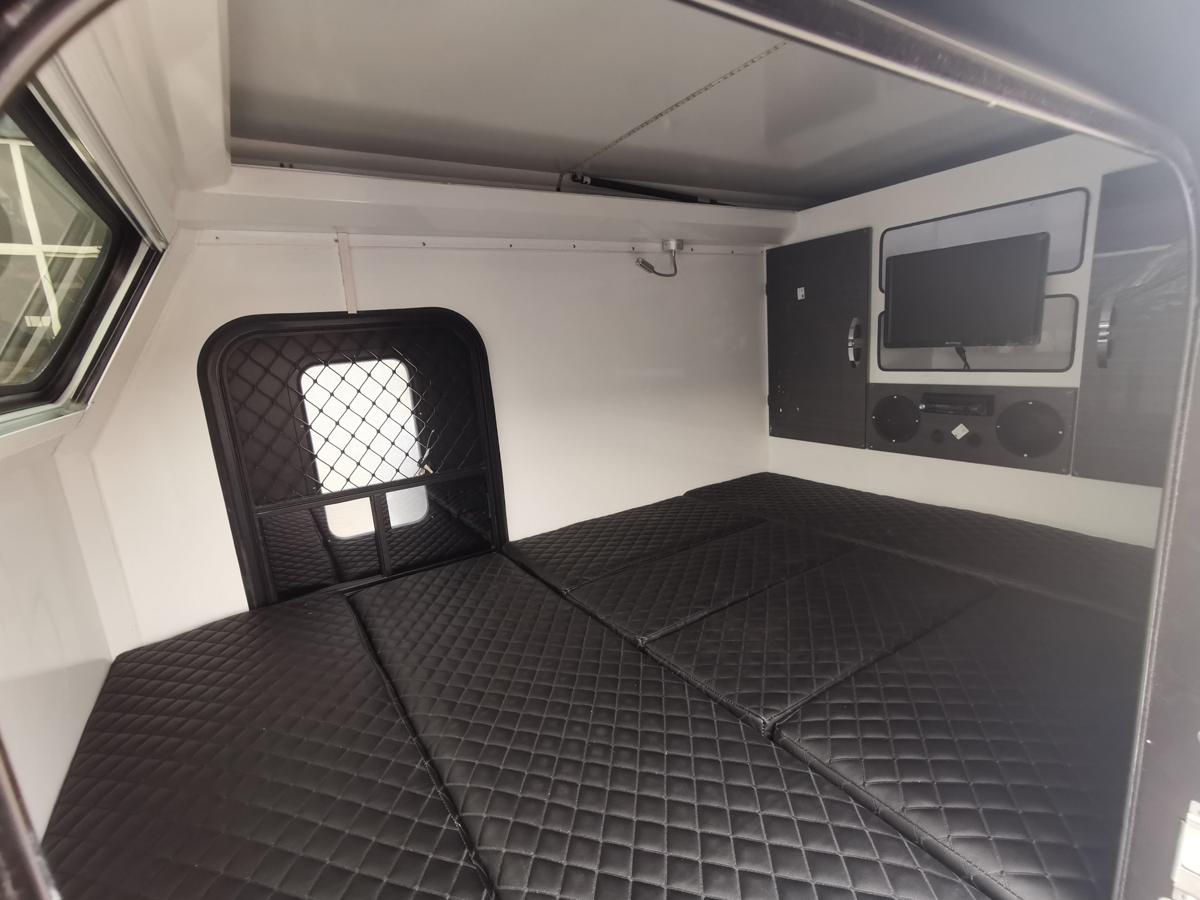 Valkari X1 се превръща в спална конфигурация с основно легло и платформа за спане на покрива и