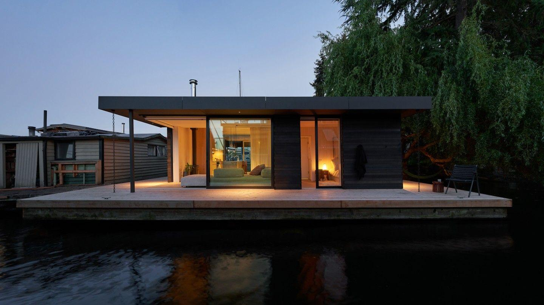 Portage Bay Float Home е проектиран от Studio DIAA. Проектът е победител във втора категория, която признава проекти, които струват до 1,5 милиона долара за изграждане