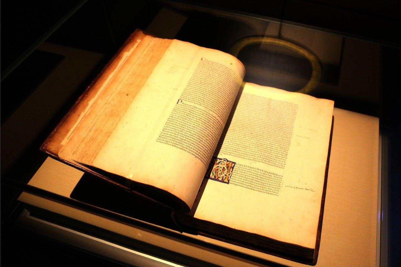 Най-старата книга от колекцията на Природонаучния музей, това издание на Historia Naturalis на Плиний Стари е публикувано през 1469 г.