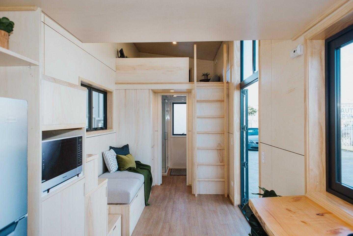 Скоти Малката къща няма място за голяма част от хола долу и вместо това има кът за сядане близо до вратата