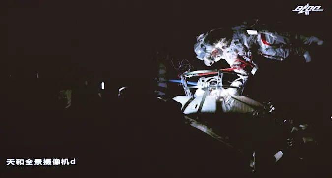Китайските тайконавти за първи път в историята излязоха в открития космос в тандем