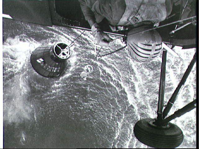 Хеликоптер за възстановяване, спускащ прашката, за да спаси Грисъм