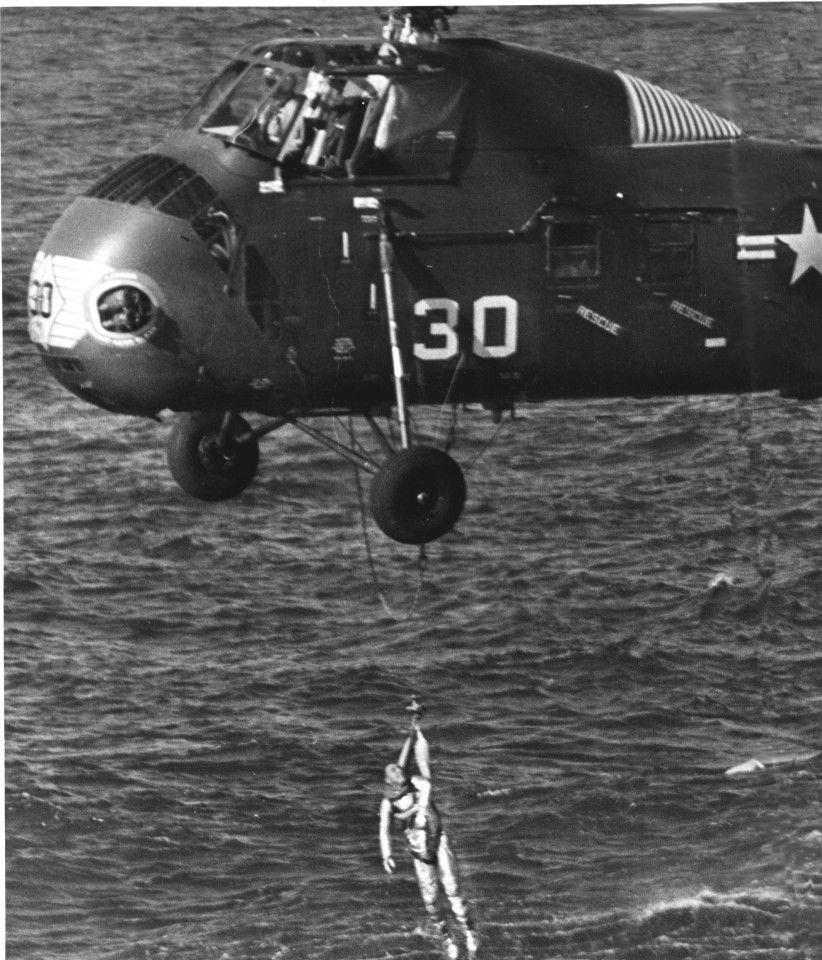 Грисъм се лебедеше на борда на хеликоптера за възстановяване