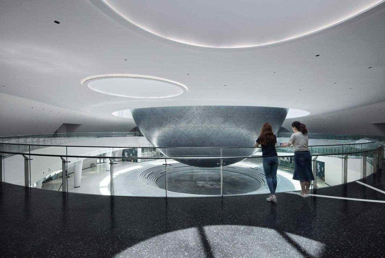 Сферата на Шанхайския музей на астрономията е проектирана така, че да има минимални структурни опори и изглежда да плава