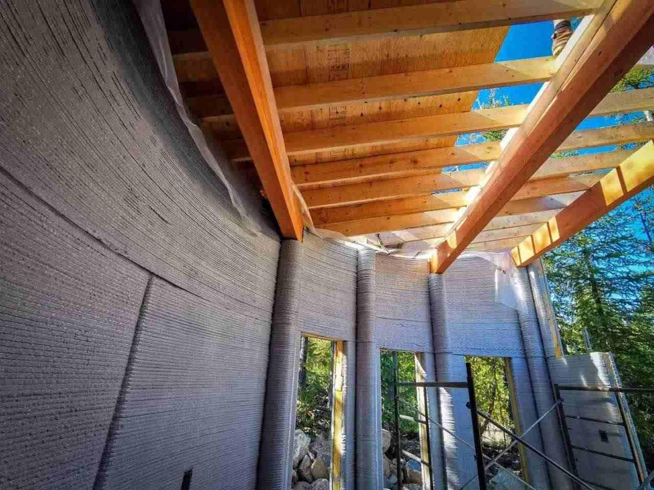 Въпреки че 3D принтерът е създал стените си, покривът на къщата на Фибоначи е инсталиран от хора