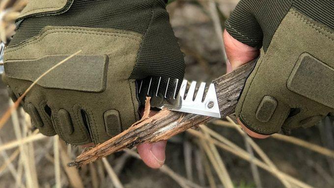 Едното рамо на инструмента Survival Stove Head се отличава с остър ръб, който му позволява да работи като нож, или за отваряне на кутия, или за нарязване на разпалване