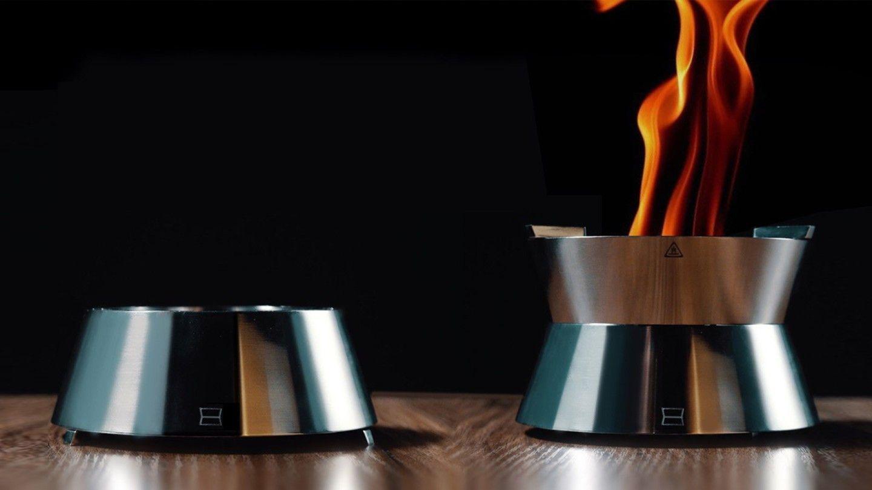 Ember работи, като вкарва въздух през леко повдигнатата си основа
