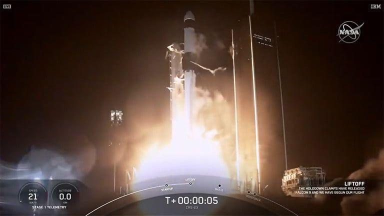SpaceX изстреля Cargo Dragon към МКС, улови успешно първата му степен с дрон