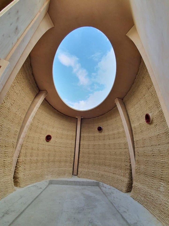 Скулптурата от 16 кв. М (172 кв. Фута) ще бъде с размери 2,5 м (8,2 фута) и е предназначена за спане на двама обитатели през нощта