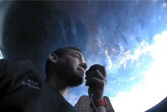 Екипажът на Inspiration4 публикува първите снимки от космическия полет