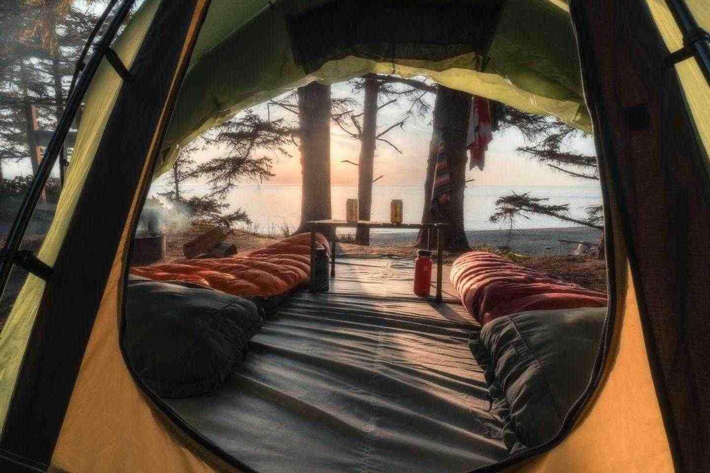 Гледката през задното стъкло на отворения Campo Escape M4 е различна от тази на всяка друга палатка