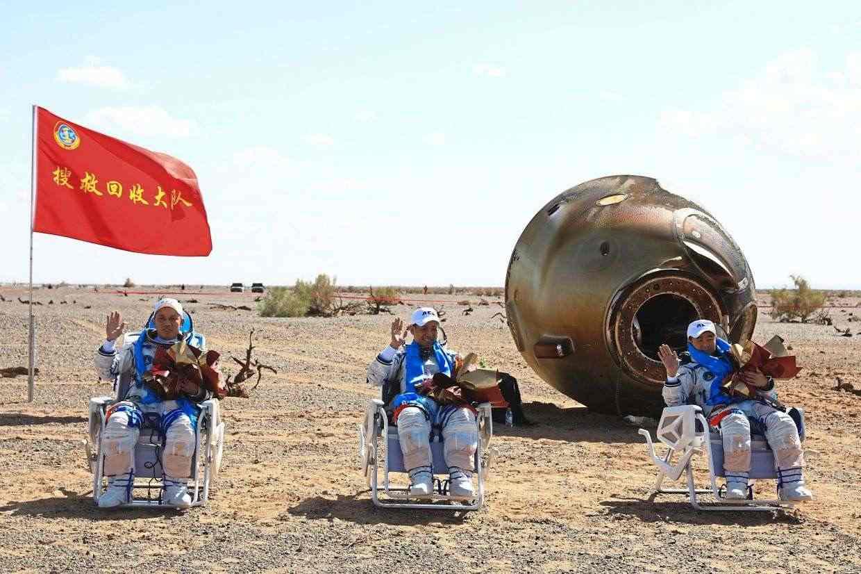 Тайконавтите се завърнаха на земята след 92 дни в космоса